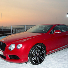 Novo Bentley Continental GT V8 chega de helicóptero a Munique