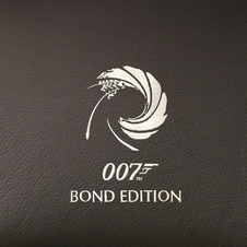 Pormenor bordado com o logotipo da série 007 James Bond